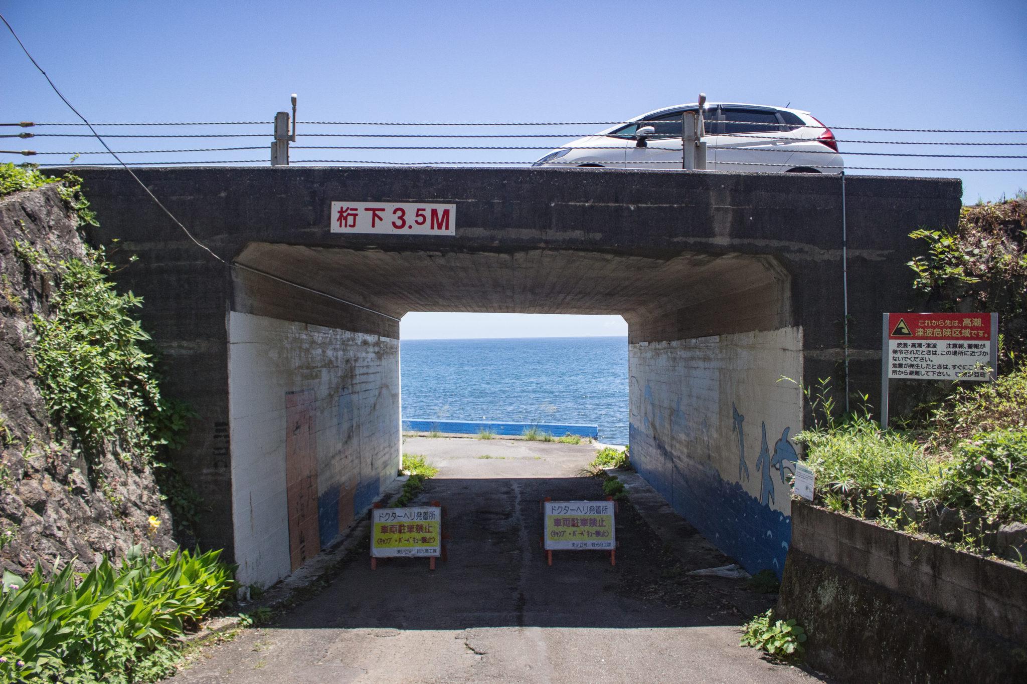 大川海岸の入口。上には国道135号線が走ってます。